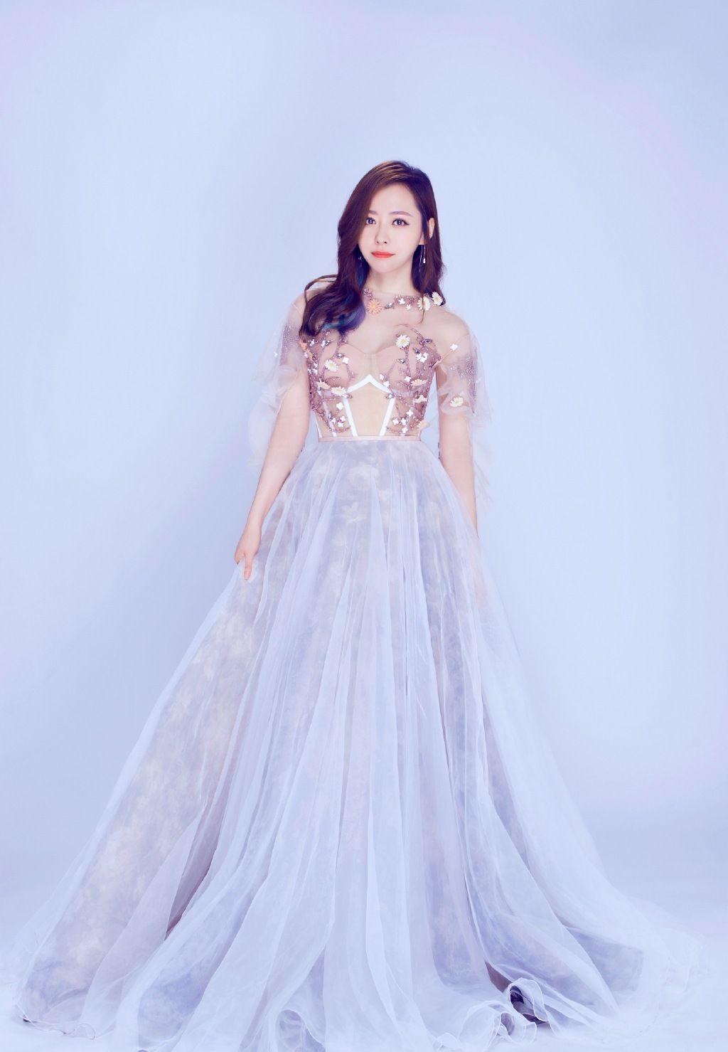 外表靓丽的张靓颖,甜美的笑容,有着中国女性的温顺与柔情!