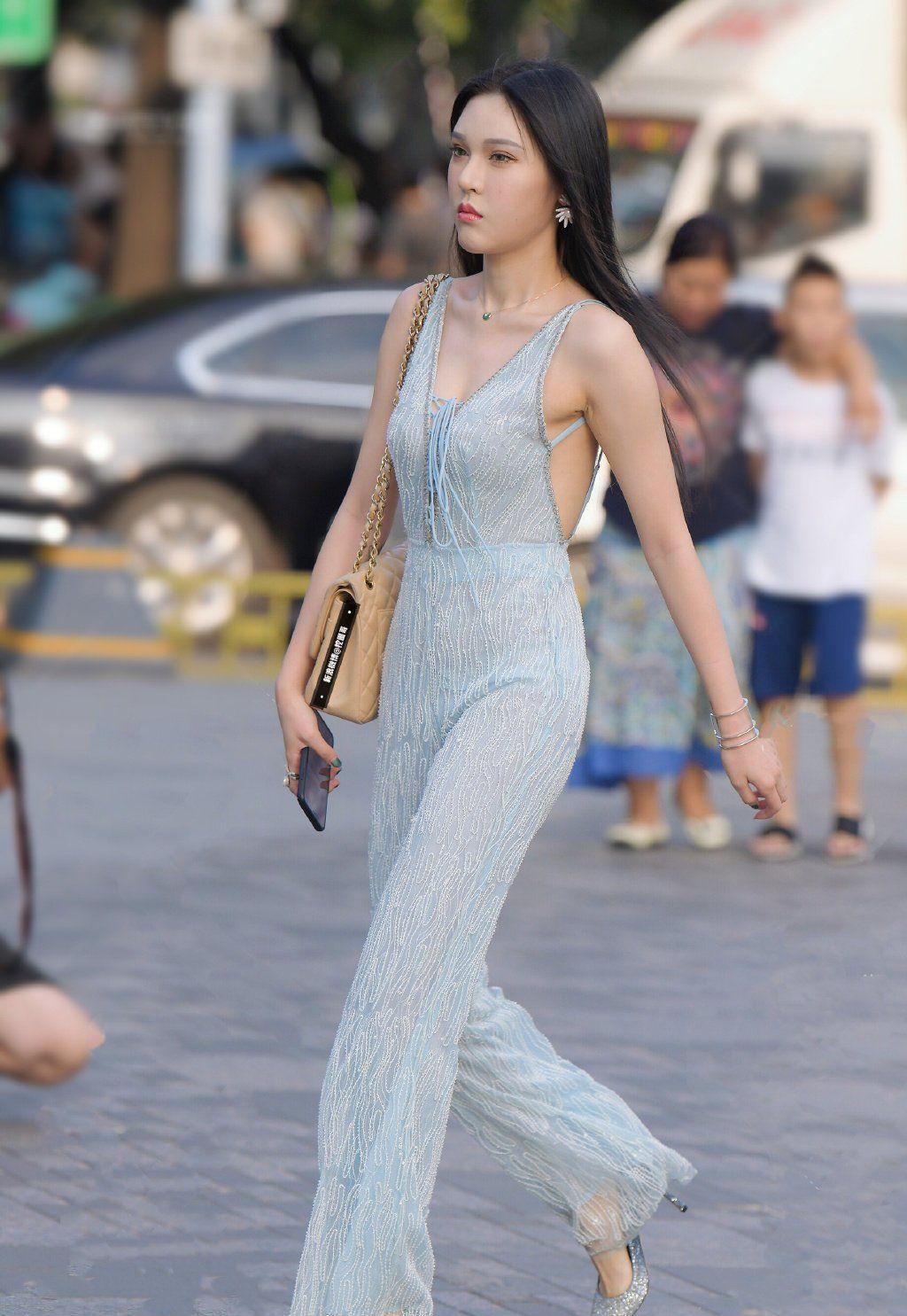 高跟鞋搭配素色连体衣,让成熟女人的气质彰显得格外突出