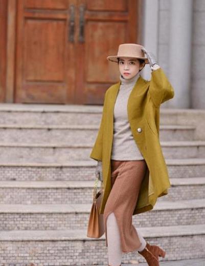 """立秋后天气降温,学三木博主的""""半身裙+高领衫""""穿搭,时髦优雅"""