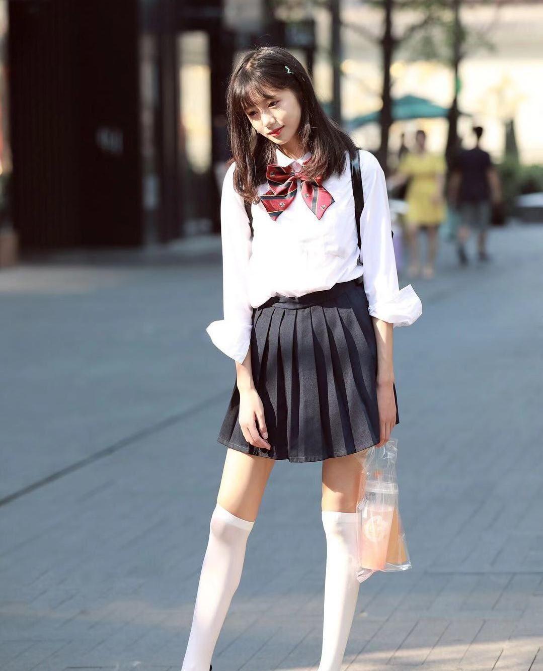 街拍,小姐姐白衬衫搭配黑色百褶裙,短发及肩蝴蝶结甜美可爱