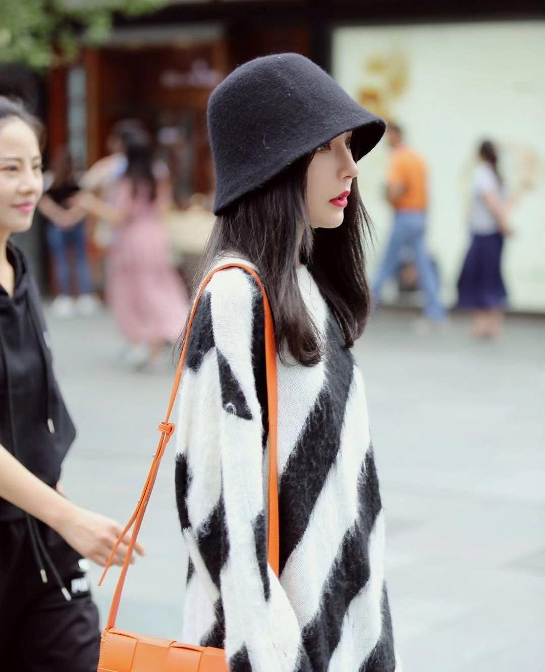 街拍,小姐姐黑白条纹针织衫搭配黑色渔夫帽,长发披肩时尚优雅