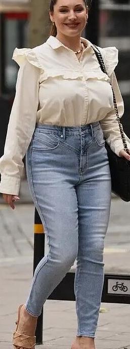 凯莉·布鲁克街拍照,衬衣搭配牛仔裤,身材窈窕凹凸有致