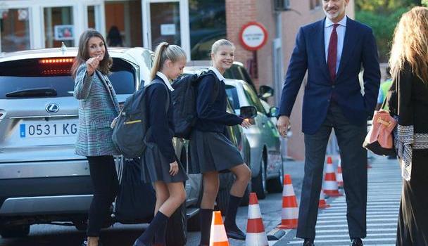 西班牙国王难逃送娃上学!夫妻俩穿正装像普通父母,一家人全是腿