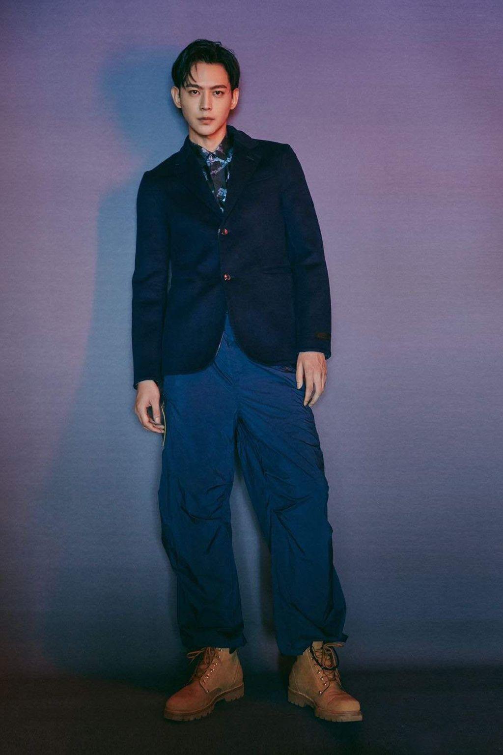 唐晓天身穿深蓝色单排扣西装搭配工装裤,嬉皮绅士的风格