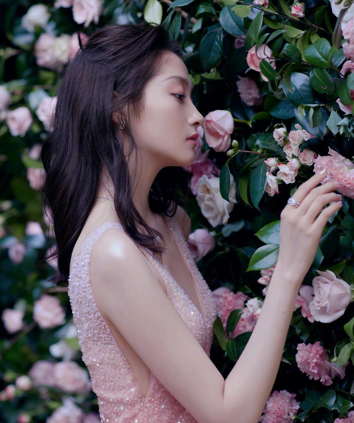 """关晓彤是""""公主""""吗?粉色蛋糕裙甜美可爱,遮挡不住的大长腿"""