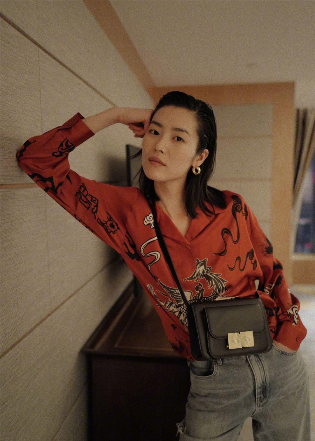 刘雯私服更新,齐肩短发,珊瑚色印花上衣搭配牛仔裤,休闲又时尚