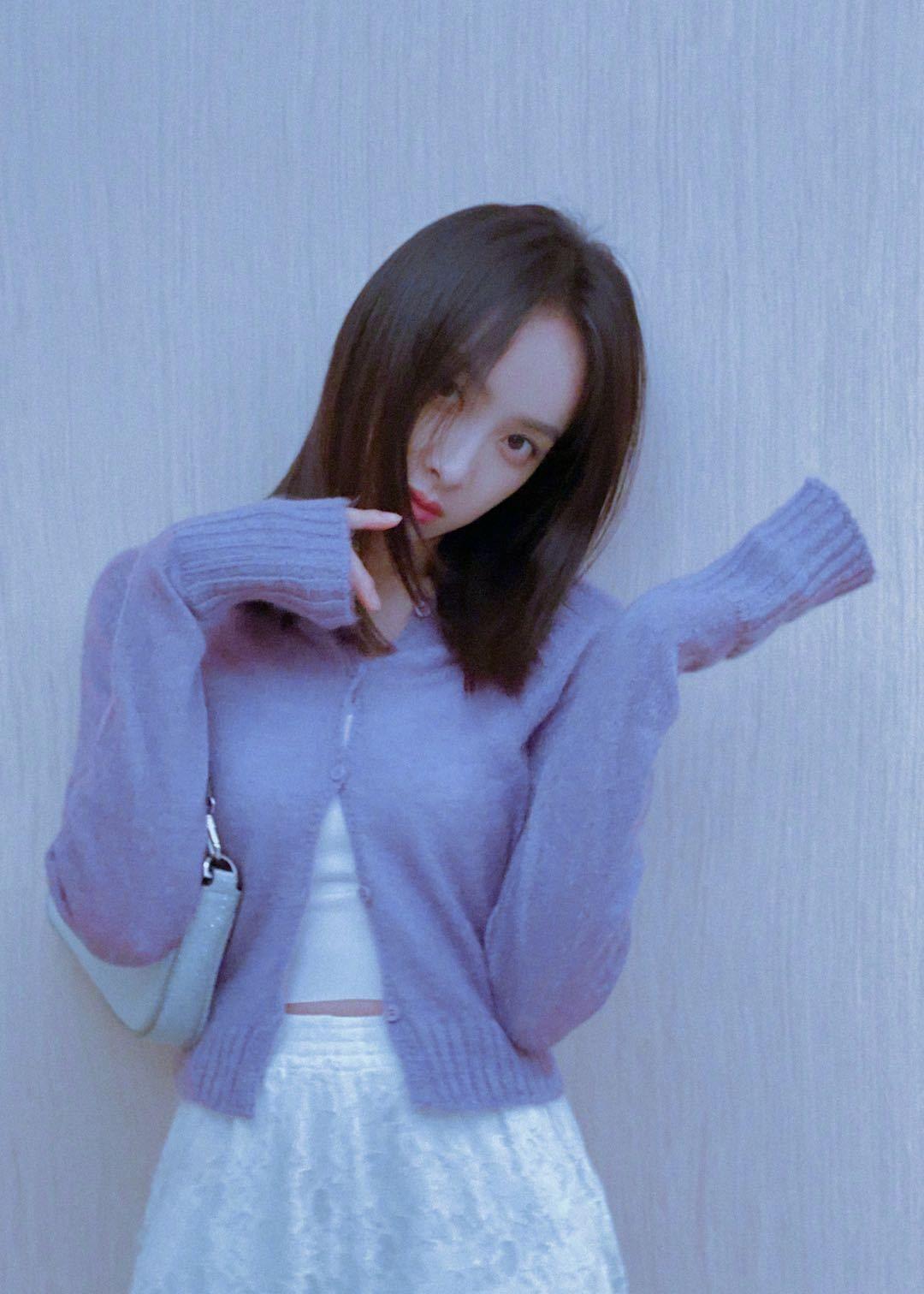 宋茜香芋紫开衫搭配白色蕾丝阔腿裤!是那个温柔甜甜的女友啦!