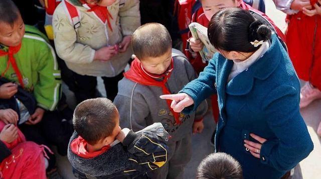 武汉市某小学教师用尺击打学生被停课处理。