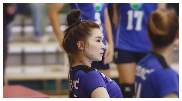 泰国28岁最美排球女神,因赛场汗水照走红,曾遭球迷质疑其性别