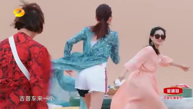 妻子团沙漠拍时尚芭莎,谢娜吉娜穿长裙站在车顶,又美又飒!