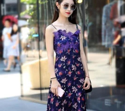 街拍:楚楚动人的美女,一条紫色碎花连衣裙,时尚魅力女神范