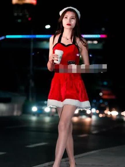 街拍:美女红色圣诞裙青春靓丽,气质出众