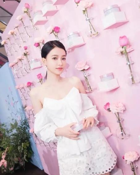 """孙怡当妈打扮也年轻,穿白色连衣裙有""""初恋感"""",气质不输超模"""