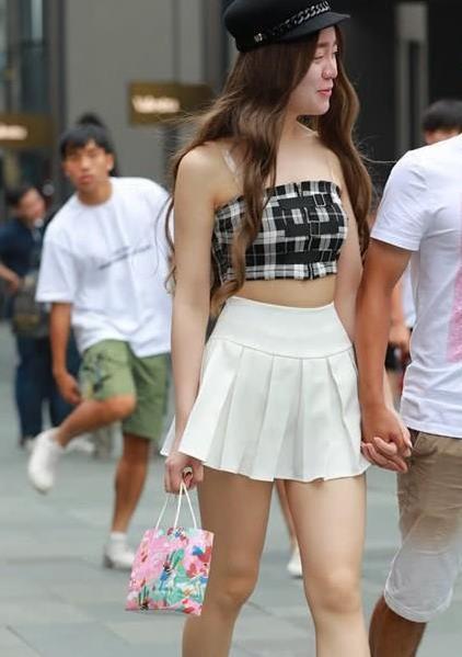 街拍:短裙美眉超级可爱 身旁男朋友见到镜头拍更显自信微笑