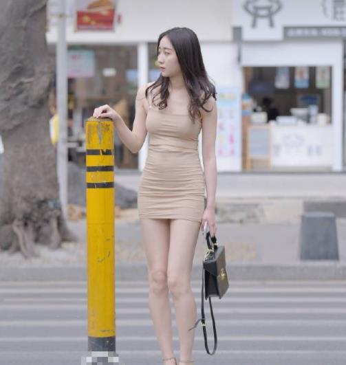 街拍美图:小姐姐逛街来条小短裙,轻松穿出清凉美!