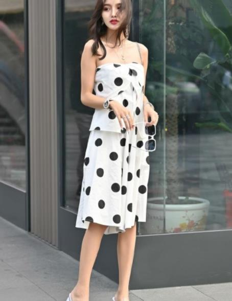 街拍美图:唯美清纯的小姐姐,穿搭时尚靓丽,凸显漂亮的姿态!