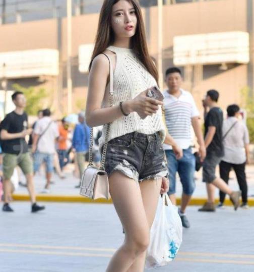 街拍美图:街头的小姐姐打扮风格各异,展示不同穿搭风采!