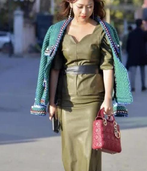 街拍:美女超短皮裙很耐搭,尽显高挑身材