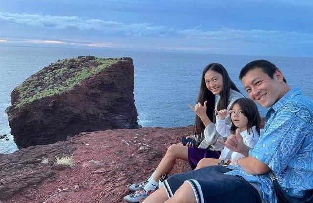 40岁陈冠希近照曝光,一家人海边度假超温馨,3岁女儿腿长瞩目