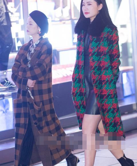 街拍:穿千鸟格大衣的美女,气质优雅美丽动人真漂亮