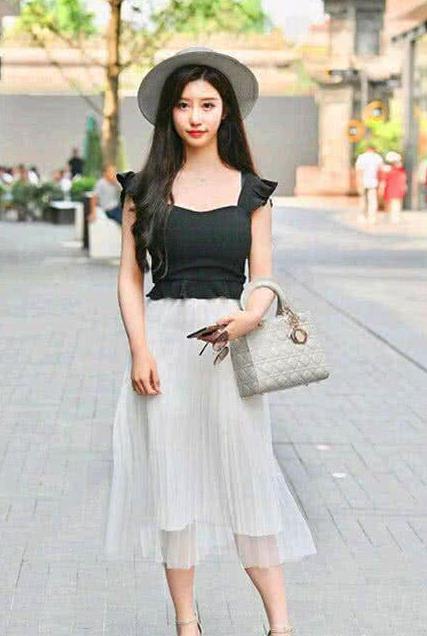 清新的裙子搭配更显窈窕身姿,能够很好地带来淑女的感觉