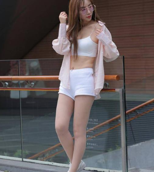 街拍美图:清纯可爱的小姐姐,时尚性感的穿搭,展现出女神范!