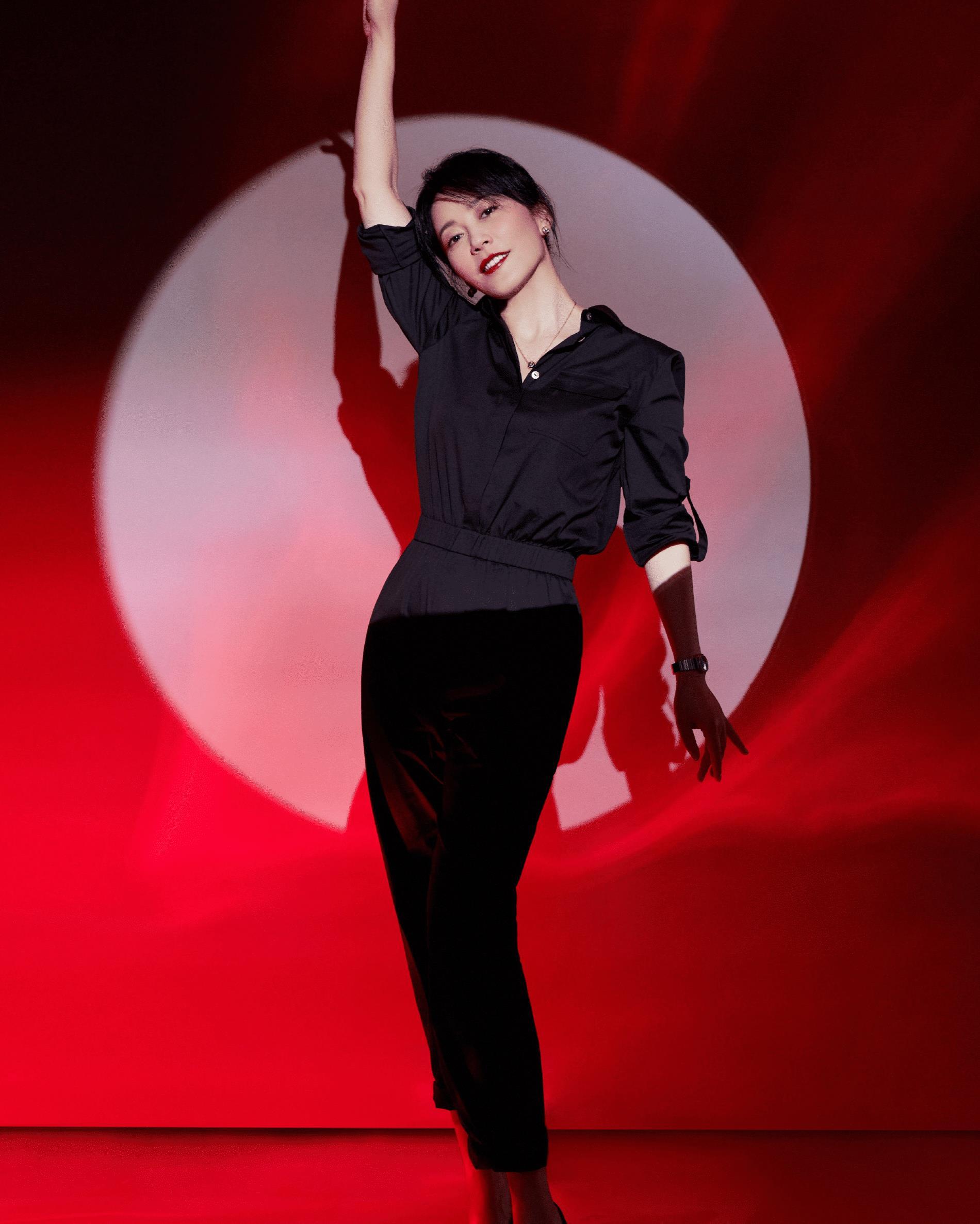 俞飞鸿堪称东方赫本,一身黑色连体裤高级大气,骨子里散发气质