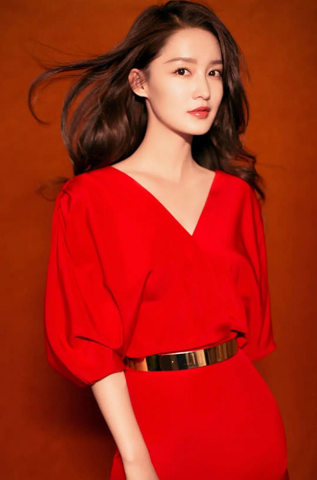 影视女星李沁个人写真集:清新靓丽、魅力动人!