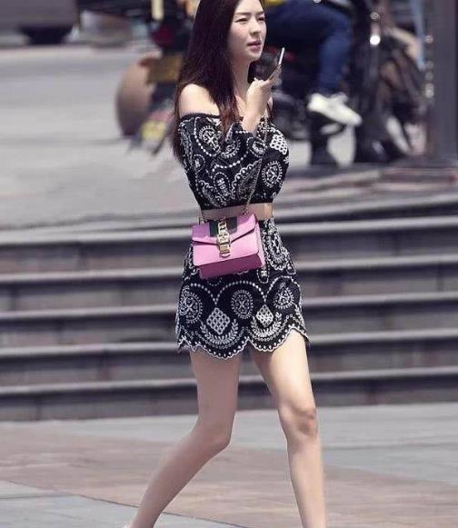 街拍美图:小姐姐穿连衣短裙,潮流范十足,散发时尚达人的气场!