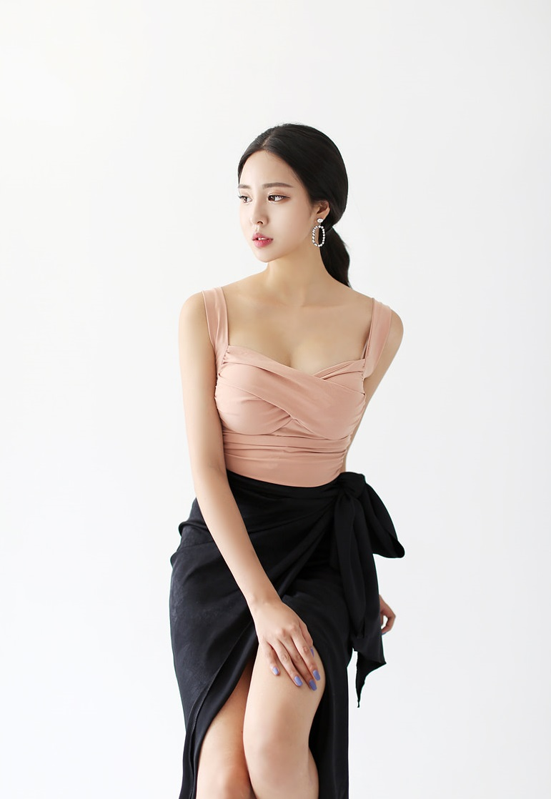 粉色褶皱上衣半身裙,贤淑秀丽