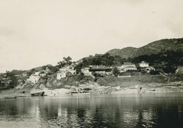 """清末有古塔和城墙的重庆,江中泊着德国炮艇""""沃特兰特""""号"""