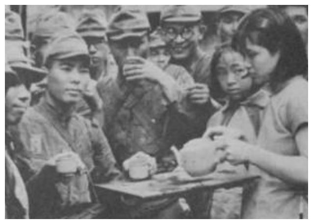 抗日战争罕见老照片:日军搂着中国小姑娘,这眼神让人看着揪心!