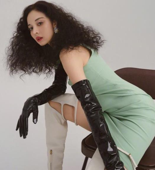 古力娜扎御姐造型太飒了,一袭绿裙好时尚,却被爆炸头抢镜