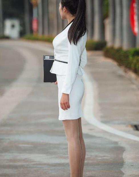 街拍:气质型美女穿搭职业装太美了