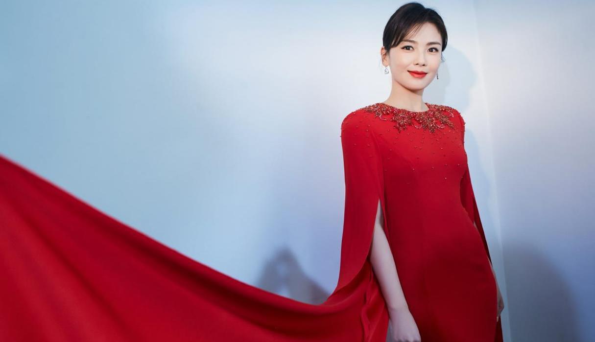 刘涛解锁主持人身份!一袭正红色礼服端庄又典雅,美出新高度