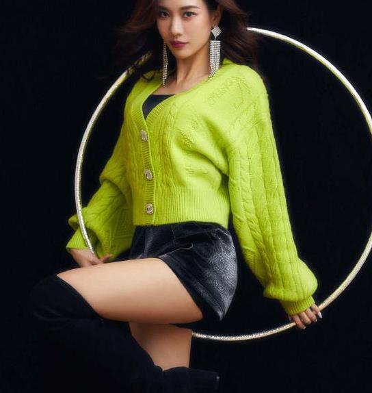 王霏霏在西安的表演服装,针织衫叠穿配高筒靴,造型又美又保暖!