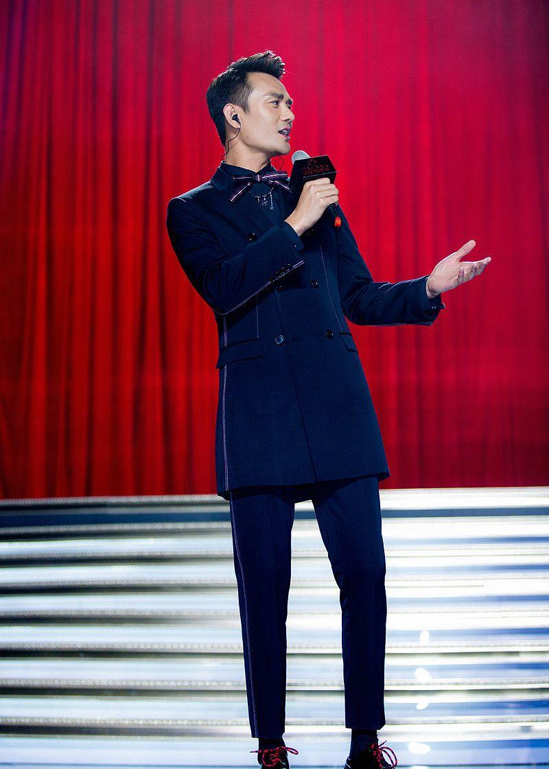 王凯身材比例超好,穿什么衣服都有男人味