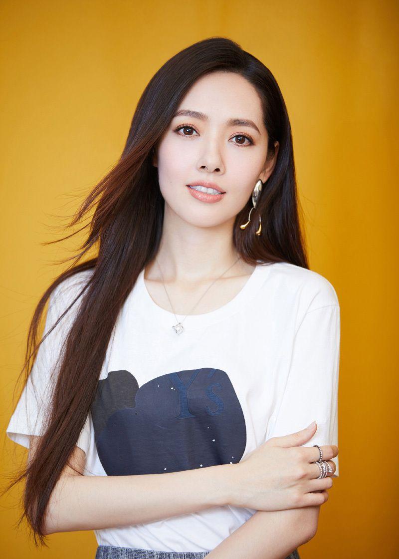 郭碧婷有着飘逸的长发、精致的五官,还具有优雅的淑女范儿