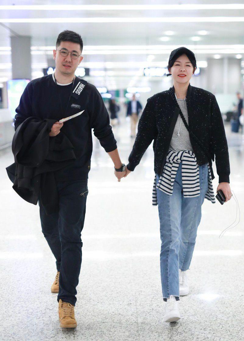 40岁李艾与老公张徐宁十指紧扣现身,穿衣巧遮肉眉眼都是幸福模样