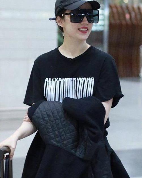 刘亦菲的时尚一般人还是学不来,衣品平庸太简单,就靠气质硬撑着