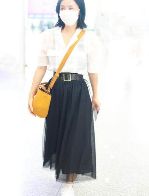 陶虹终于换风格,泡泡袖衫配网纱裙显瘦又减龄,48岁美成少女样