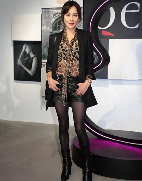 刘嘉玲的熟女魅力真迷人!豹纹衫配皮裤,不俗反而很高级