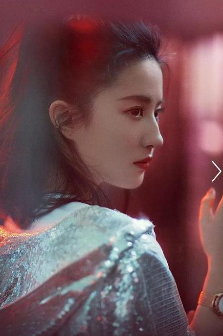 刘亦菲最新广告大片,高扎马尾搭亮片夹克,这侧颜太绝了