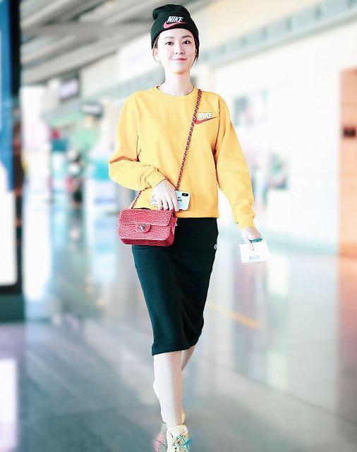 乔欣街拍:Nike卫衣运动鞋 Chanel斜挎包清爽朝气