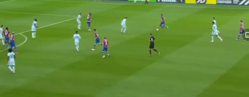 切尔西门前进攻,丹恩头槌击中立柱了
