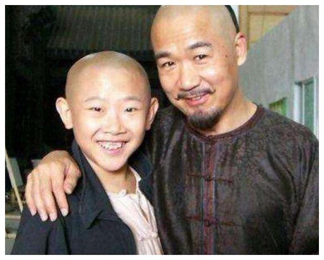 冻龄童星侯祥,出道17年依旧演小孩,34岁与老婆合影如同母子
