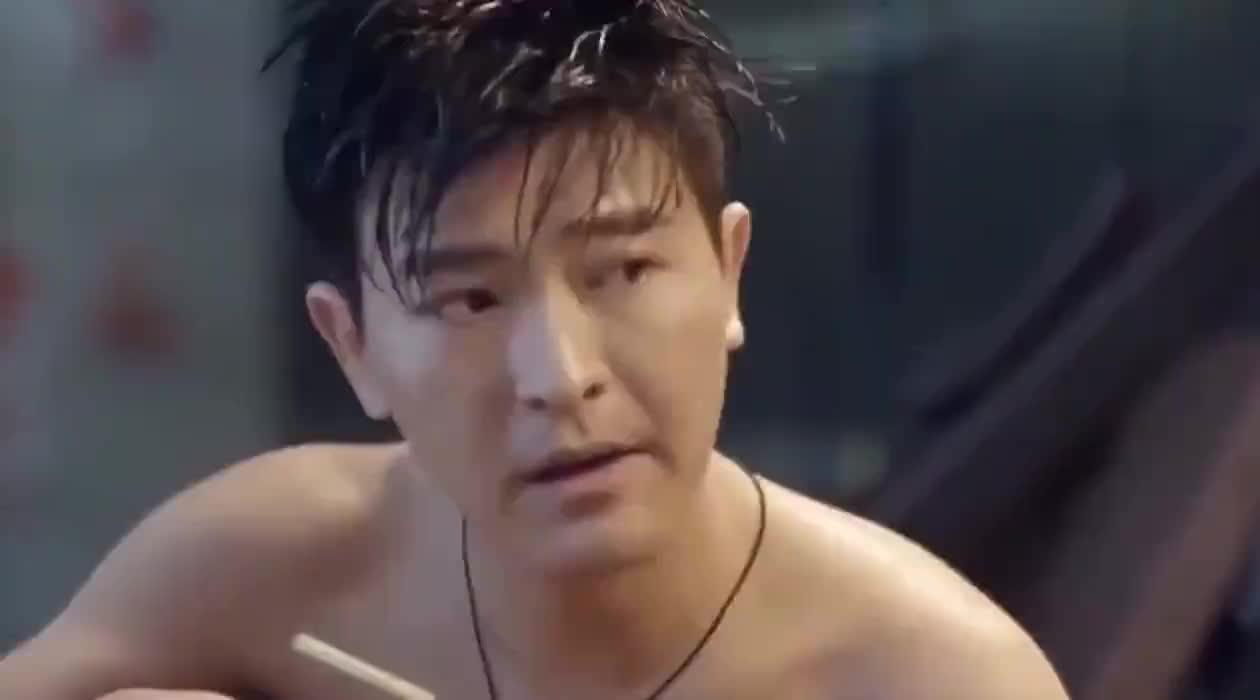 影视女毒枭怀疑男友是警察,借游泳的机会试探他,结果悲剧了