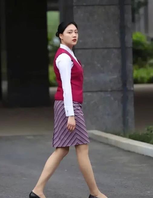 街拍气质绝佳的时尚美女,走在街头风采各不相同