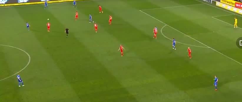 鲁迪接队友边路传球后不停球直接扫射,古拉奇飞身将球扑出了