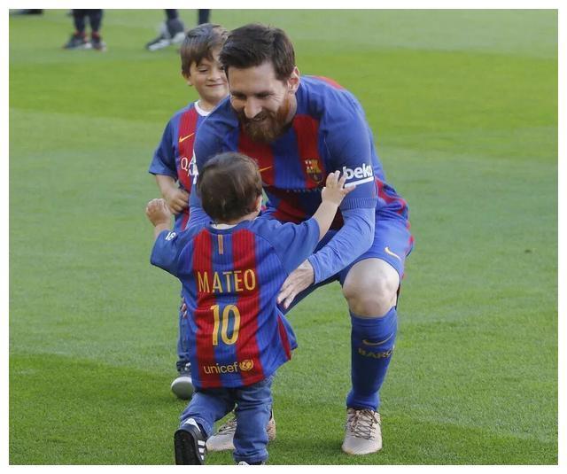 梅西儿子讪笑老爸输球,庆祝皇马进球,网友:快让他参加实况足球